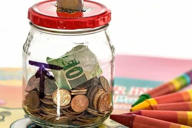 un pot à économies transparent
