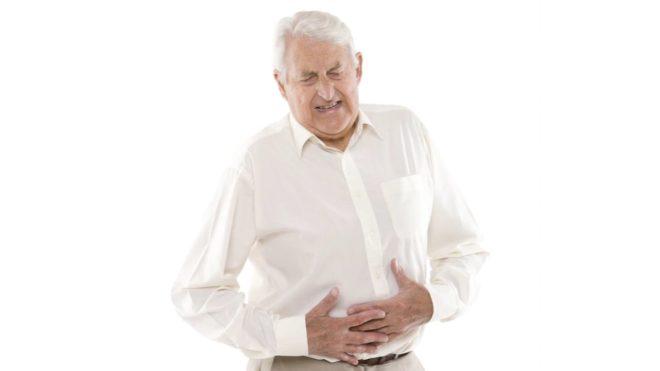 un homme ayant mal au ventre