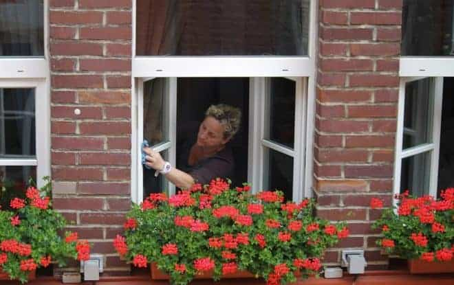Une dame lave ses vitres
