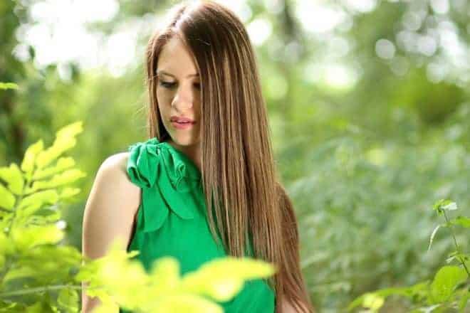 une femme aux cheveux parfaitement lisses