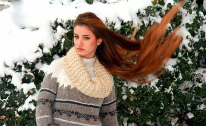 Une femme aux cheveux longs