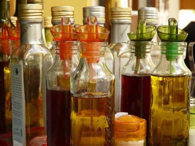 plusieurs bouteilles contenant de l'huile ou du vinaigre