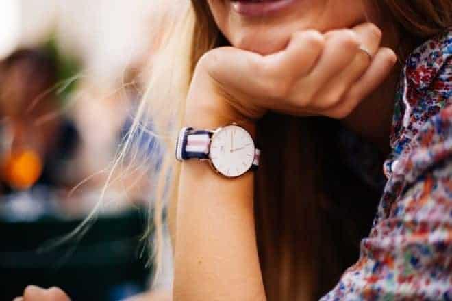 une jeune fille accoudée montrant une montre et une bague