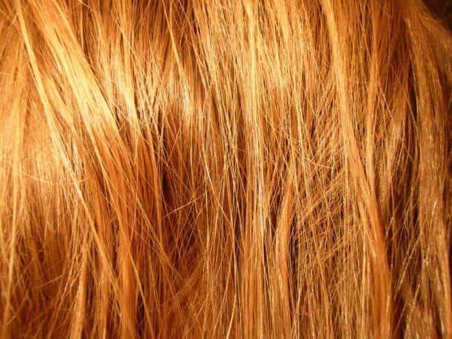 cheveux blonds dorés en gros plan