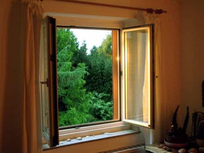 une fenêtre en bois grande ouverte