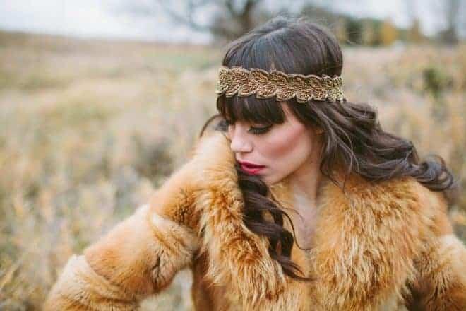 une femme portant un manteau en fourrure