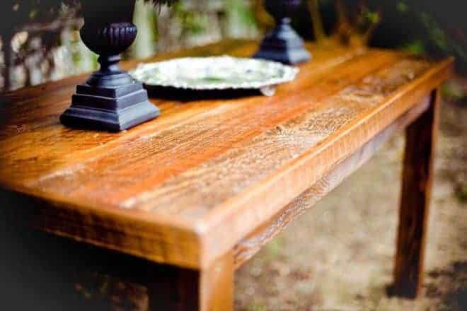 une table en bois