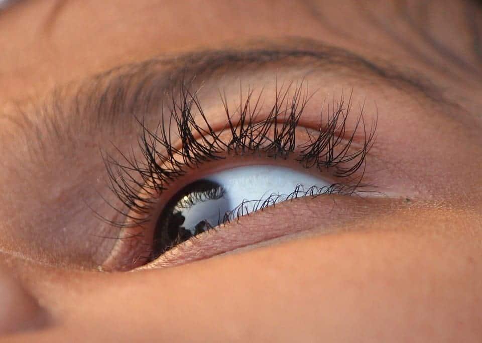 Comment enlever une poussière dans l'œil