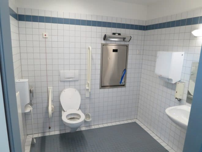 Un cabinet de toilettes
