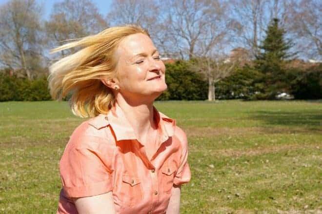 Une femme cheveux au vent.