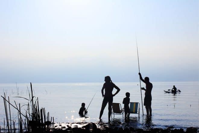 Illustration. Une famille à la mer.