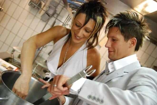 Un couple en train de cuisiner.