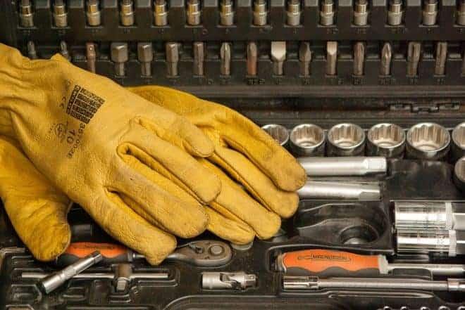 Outils et gants de bricolage.