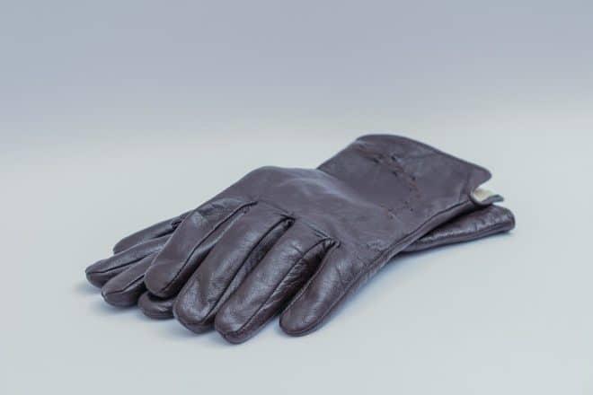 Des gants en cuir.