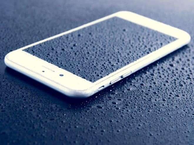 Illustraiton. Un smartphone mouillé.