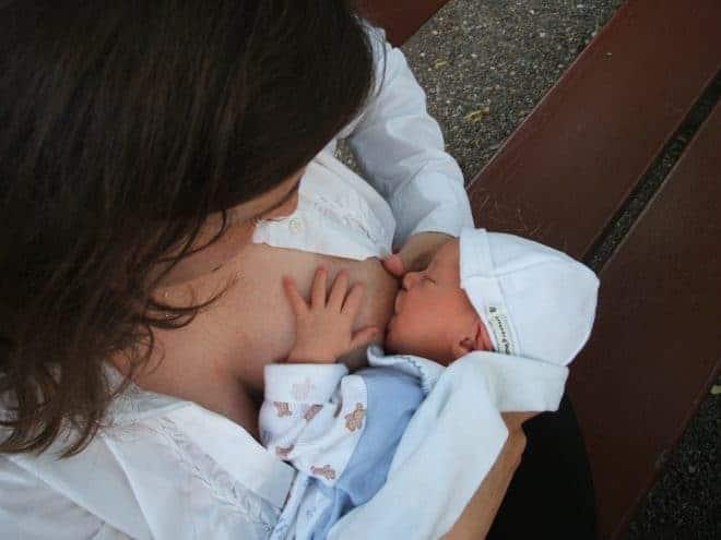 Une femme allaitant son bébé