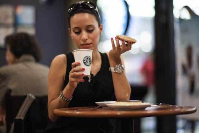 Un femme et son café