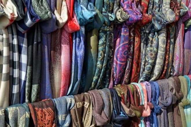 Des foulards.
