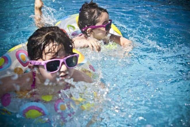 2 filles avec bouée à la piscine