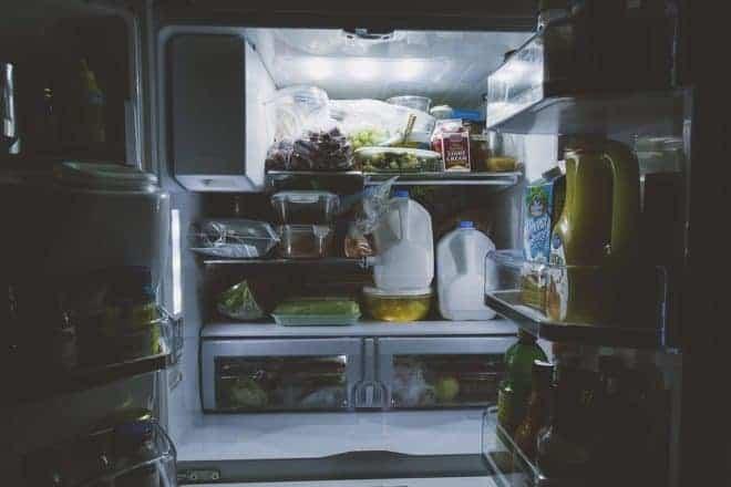 Un réfrigérateur bien rempli.