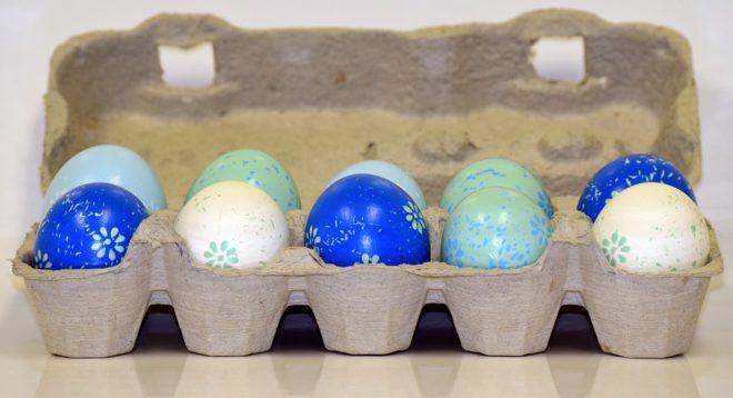 Boîtes d'œufs, œufs coloriés