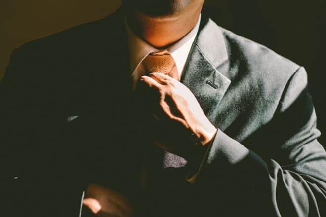 Un homme qui ajuste sa cravate.