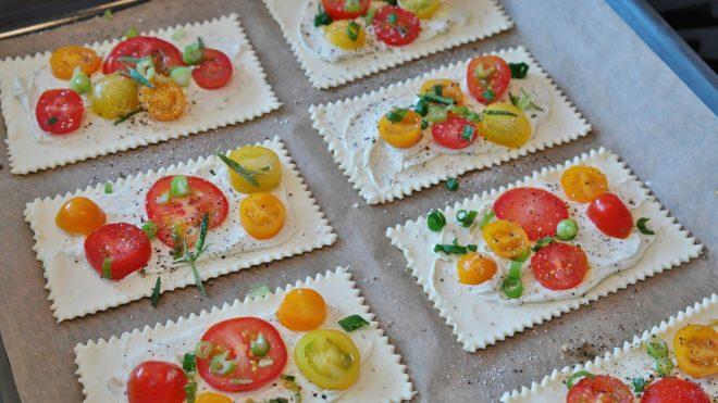 Pâte feuilletée et tranches de tomates