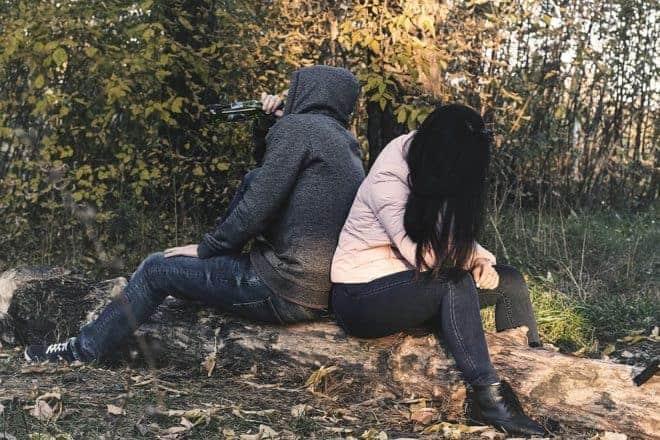 Homme et femme se tournant le dos