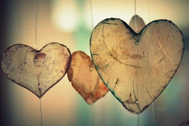 Illustration. Des coeurs en bois.