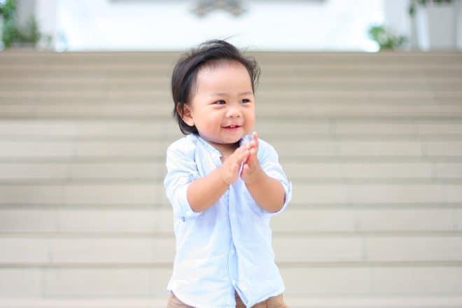 Un enfant applaudit.