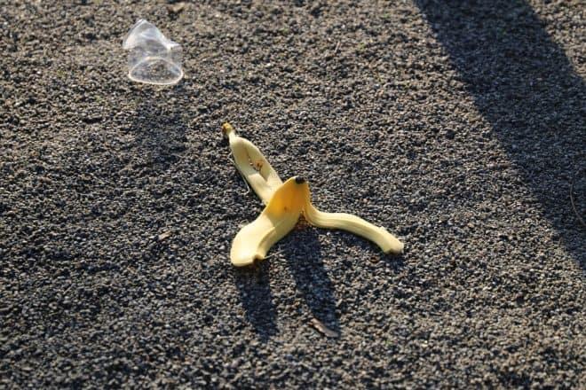 Goudron, peau de banane, verre en plastique