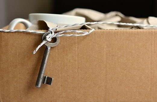 Un carton et une clé.