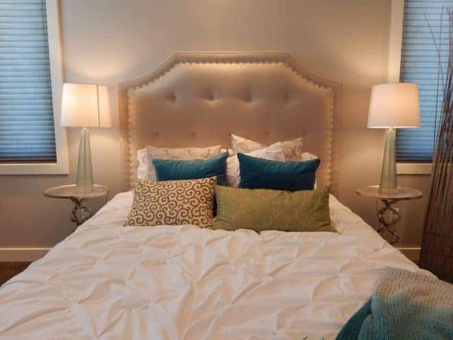 Lit, oreillers, drap blanc