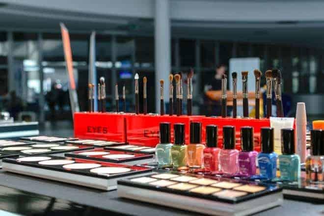 Miroir, vernis, pinceaux, palette de maquillage