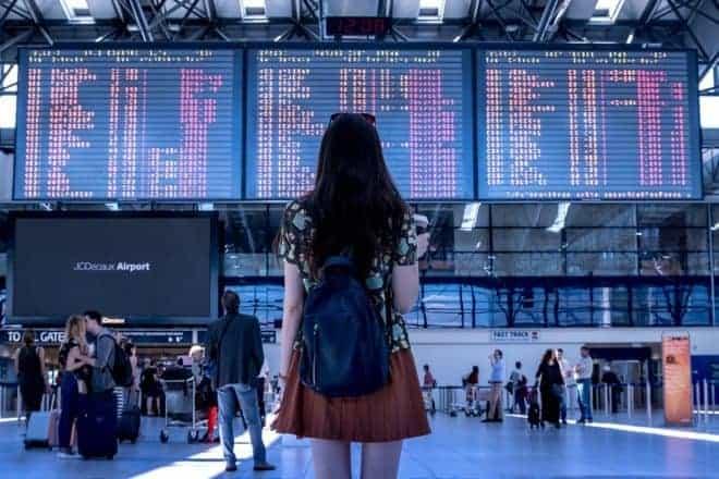 Une femme dans un aéroport.