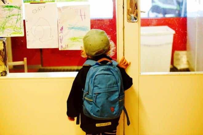Enfant, sac à dos, tableau