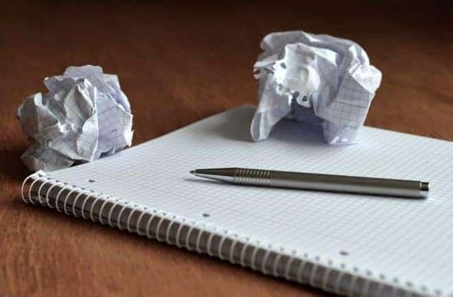 Boule de papier, bloc notes, stylo