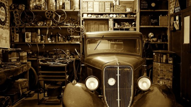 Voiture ancienne dans un garage.