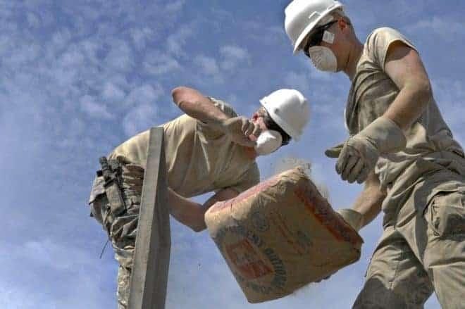 2 hommes, sac de ciment