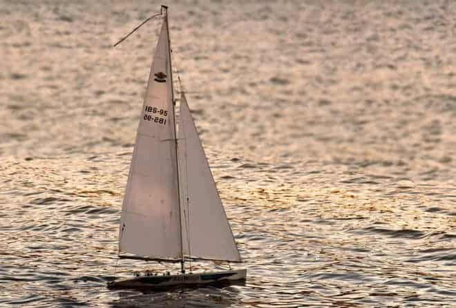 Un voilier.