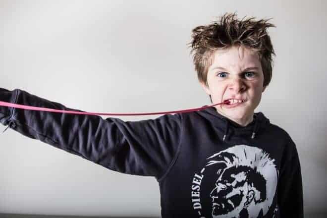 Un enfant mâchant du chewing-gum