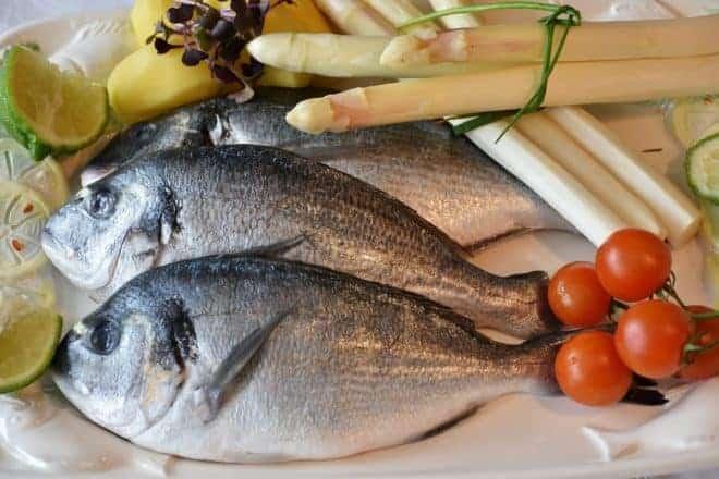 Deux poissons dans une assiette.