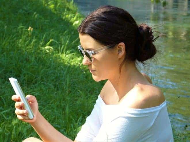 Une jeune femme et son smartphone