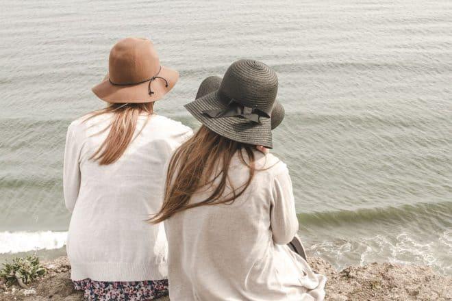 Deux femmes, plage, chapeaux
