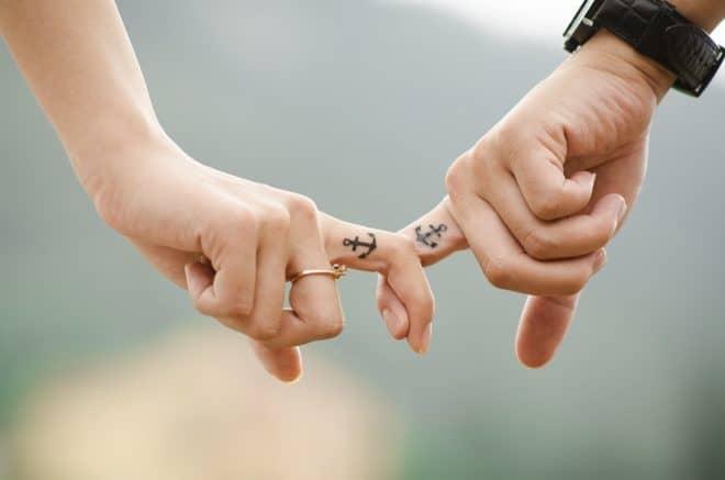 Mains, tatouage ancre