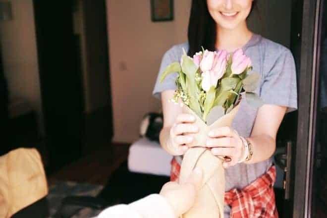 Femme, bouquet de fleurs