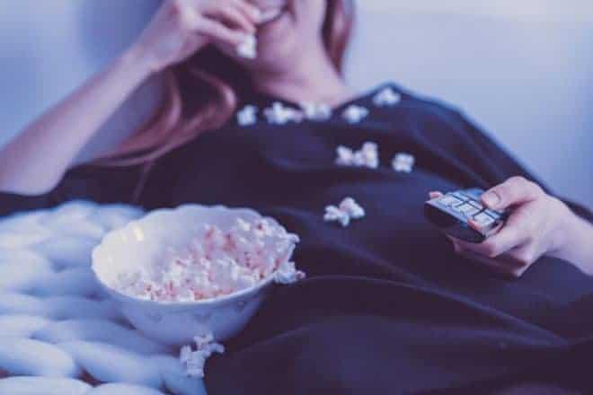 Femme, pop corn, télécommande