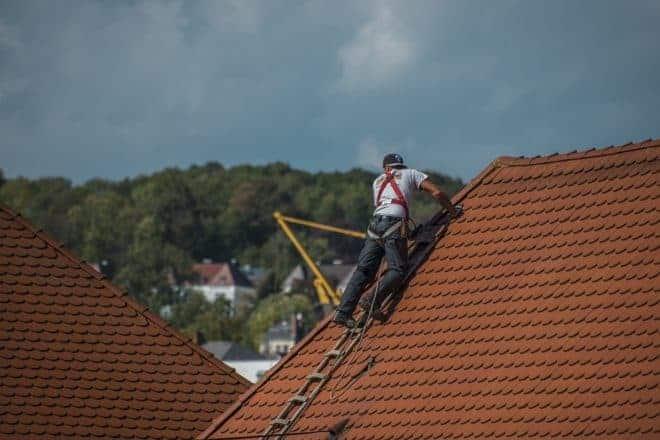 Un homme sur un toit.