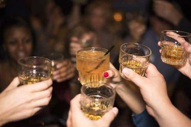 Verres de whisky, mains