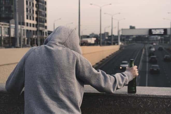 Homme, blouson à capuche, bouteille